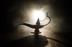 Antieke Arabische de olielamp van de nachtenstijl met zachte lichte witte rook, Donkere achtergrond Lamp van wensenconcept gestem Stock Fotografie
