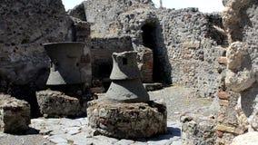Antieke bakkerij in de straten van Pompei stock video