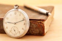 Antieke boek en klok Stock Foto