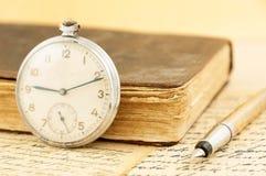 Antieke boek en klok Royalty-vrije Stock Afbeeldingen