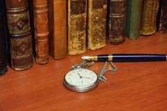 Antieke boek, klok en pen Royalty-vrije Stock Afbeelding