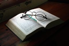 Antieke boek whith glazen royalty-vrije stock afbeelding
