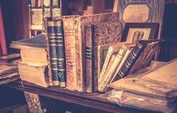 Antieke boeken in antiquairboekhandel Stock Foto