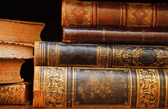 Antieke boeken op plankenmacro royalty-vrije stock afbeeldingen