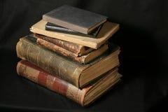 Antieke boeken op zwarte royalty-vrije stock afbeelding