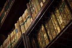 Antieke boeken van een bibliotheek Stock Foto's