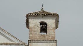 Antieke Christelijke die kerkklokketoren op een Arabische die minaret in Daimalos, SpainAntique-kerkklokketoren wordt voortgebouw stock videobeelden