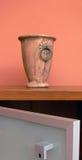 Antieke Container op Brandkast Royalty-vrije Stock Afbeelding