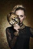 Antieke dame met gotisch masker stock afbeeldingen
