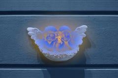 Antieke decoratie van de straatmuur, weinig twee leuke marmeren engelen royalty-vrije stock afbeeldingen
