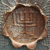 Antieke decoratieve menorah op een blad van metaal. Royalty-vrije Stock Fotografie