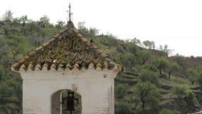 Antieke die klokketoren in een kerk op een Arabische minaret in Daimalos, Spanje wordt voortgebouwd stock video