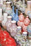 Antieke die porseleinvoorwerpen bij Panjiayuna-Markt, Peking, China worden getoond Stock Afbeelding