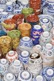Antieke die porseleinvoorwerpen bij Panjiayuna-Markt, Peking, China worden getoond Stock Afbeeldingen