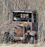 Antieke die vrachtwagen in het onkruid wordt verworpen Royalty-vrije Stock Fotografie