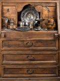 Antieke dingen op een kast royalty-vrije stock afbeelding