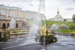 Antieke fonteinen in Peterhof stock foto's