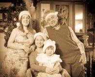 Antieke foto van gelukkige drie generatiesfamilie Stock Foto