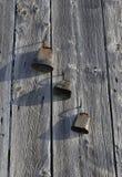 Antieke geroeste die koeklokken op schuurmuur worden gehangen Royalty-vrije Stock Foto's