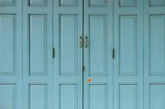 Antieke gouden die Deuren op blauwe oude deur worden gesloten royalty-vrije stock afbeelding