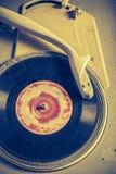Antieke grammofoon en oud vinyl met gekrast royalty-vrije stock afbeeldingen
