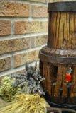 Antieke hooivork en houten wielhub stock fotografie