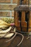 Antieke hooivork en houten wielhub met lavendel, orego, stock afbeeldingen