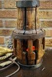 Antieke hooivork en houten wielhub op jutezak stock afbeelding