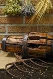 Antieke hooivork en houten wielhub op jutezak royalty-vrije stock foto's