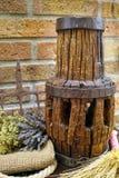 Antieke hooivork en houten wielhub op jutezak tegen landelijke bakstenen muur royalty-vrije stock foto's