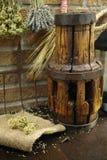 Antieke hooivork en houten wielhub op jutezak tegen ru royalty-vrije stock afbeelding