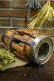 Antieke hooivork en houten wielhub op jutezak tegen ru stock afbeeldingen