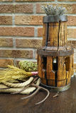 Antieke hooivork en houten wielhub tegen landelijke bakstenen muur stock foto's