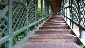 Antieke houten behandelde trap in een mooi park stock afbeelding