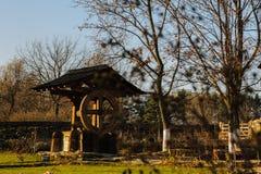 Antieke houten fontein goed stock afbeelding