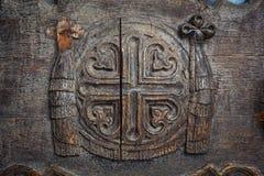 Antieke houtsnijwerkkunst bij oude tempeldeur royalty-vrije stock fotografie