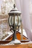 Antieke ijzige behandelde lamp en mooie sneeuw Stock Foto