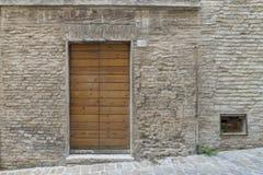 Antieke ingangsdeur, hout en metaal en venster stock fotografie