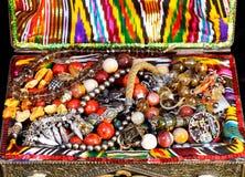 Antieke juwelen in oude schatborst Stock Fotografie