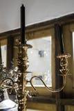 Antieke kaarshouder met zwarte kaarsen Royalty-vrije Stock Foto's