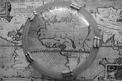 Antieke kaart door zeevaartvergrootglas stock fotografie