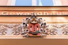 Antieke kam over een ingang van een historische doekzaal in de oude stad van Stralsund, Duitsland stock afbeelding