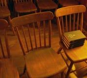 Antieke kerkstoelen met gezangboeken Royalty-vrije Stock Foto