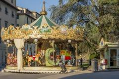 Antieke kinderen` s carrousel in het historische centrum van Luca, Toscanië, Italië stock foto