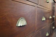 Antieke klerenlade, unieke ladehandvatten, houten meubilair royalty-vrije stock foto's