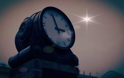 Antieke klok tegen de hemel stock afbeeldingen