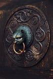 Antieke knop op een houten deur, Augsburg, Duitsland royalty-vrije stock foto