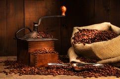 Antieke koffiemolen met bonen Stock Foto