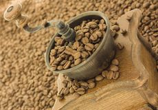 Antieke koffiemolen met koffie Stock Fotografie