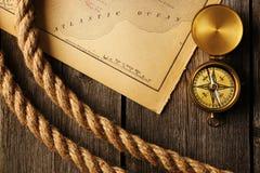 Antieke kompas en kabel over oude kaart Royalty-vrije Stock Foto
